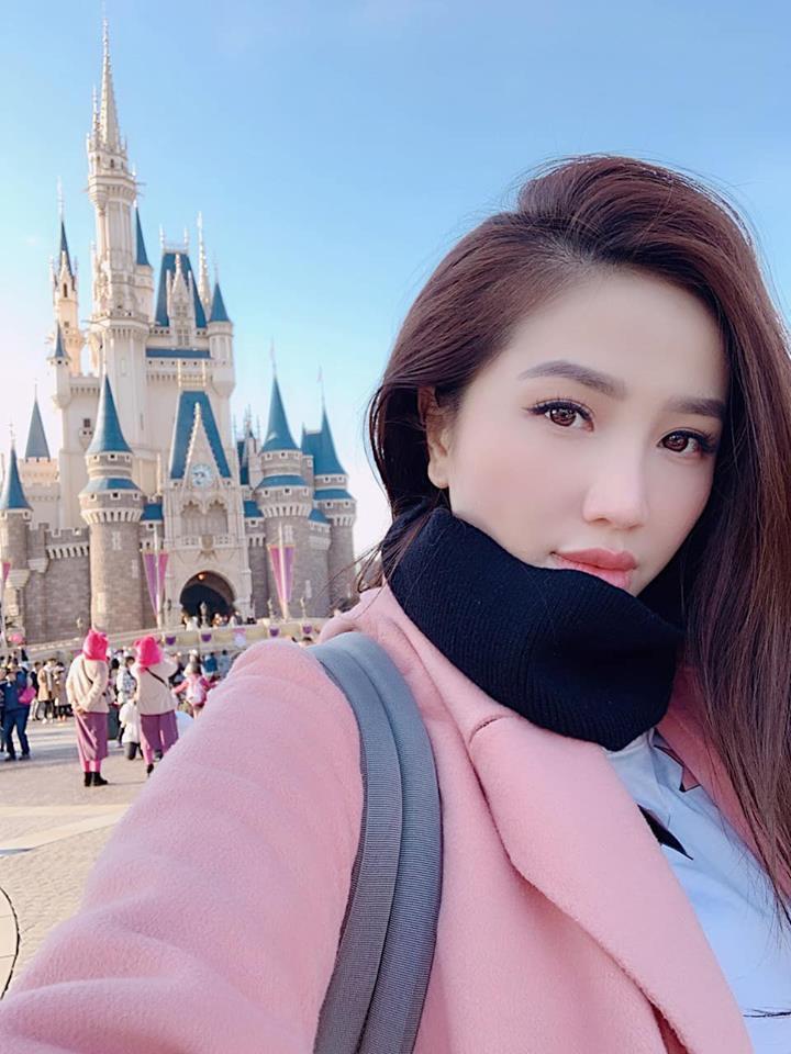 Ca sĩ Thanh Thảo 41 tuổi trẻ trung khó tin bên con gái mới sinh