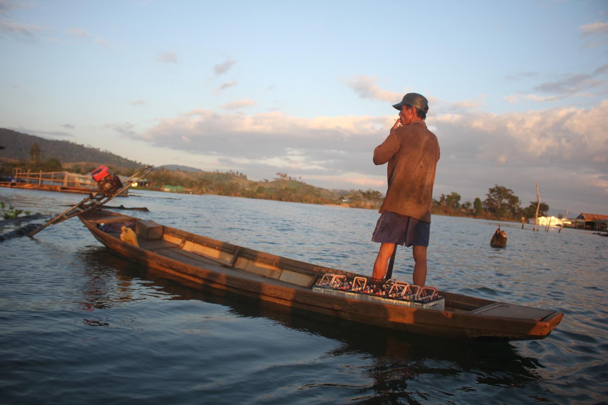 Chong đèn đi bắt cá 'khủng' trên dòng dòng Sê San