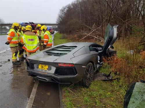 Lamborghini giá 8 tỷ nát đầu nhưng tài xế không hề hấn gì