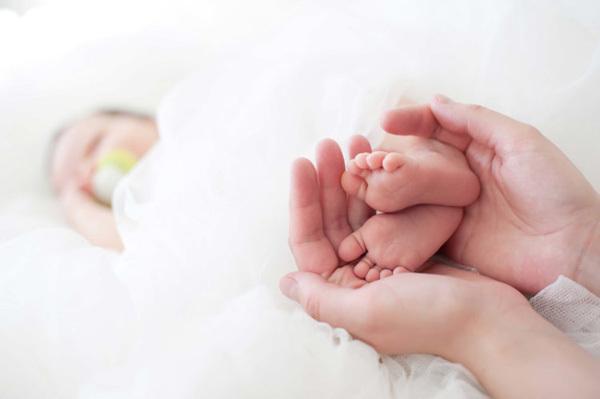 'Em bé băng' Trung Quốc chào đời từ phôi thai đông lạnh 18 năm