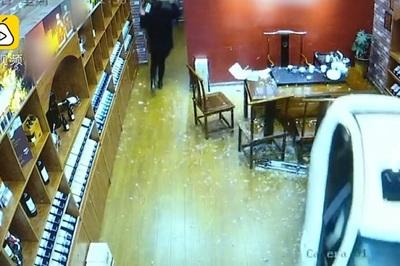 Xế hộp phi vào cửa hàng, nữ nhân viên khiếp đảm