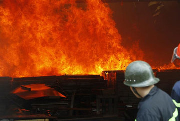 Công ty gỗ rộng hàng nghìn mét ở Bình Dương bốc cháy dữ dội