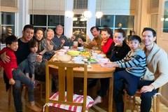 Đến nhà gia đình Kim Lý, mẹ Hồ Ngọc Hà tình cảm khoác tay 'bà thông gia'
