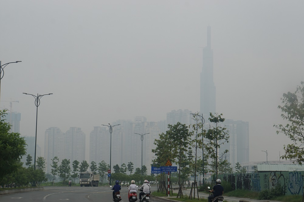 Sương mù dày như Đà Lạt bao phủ khắp Sài Gòn từ sáng đến trưa