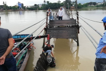 Nha Trang: Sập cầu, 3 người đi xe máy rơi xuống sông
