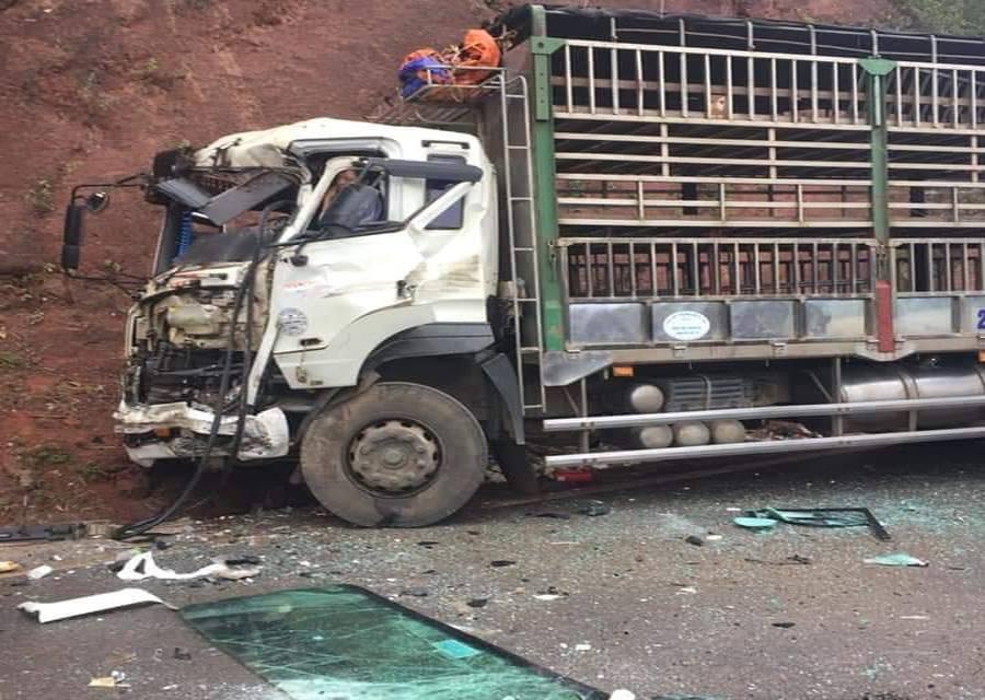 Xe khách đấu đầu xe tải trên QL6, 5 người nguy kịch