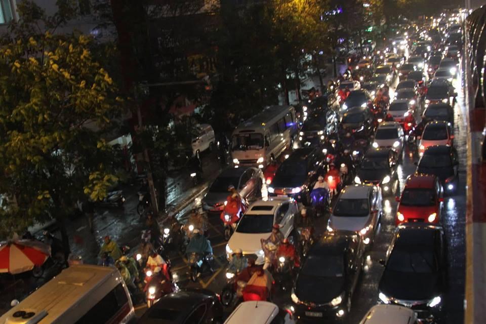 Tê liệt trong mưa rét, nhích từng mét chào Hà Nội về quê 4 ngày