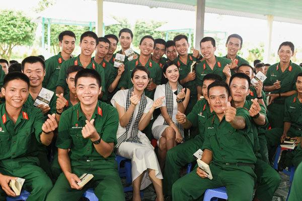 Các người đẹp hoa hậu giao lưu, tặng sách cho chiến sỹ quân đội
