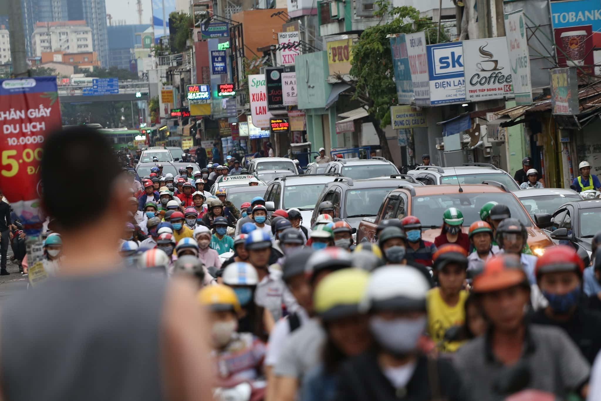 Người Sài Gòn tay xách nách mang, vội vã về quê nghỉ Tết Dương lịch
