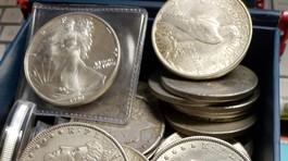 Doanh nhân giấu kho báu chứa đầy đồng xu bạc để cả thành phố đi tìm