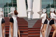 Mặc áo dài với quần đùi, hai cô gái bị chỉ trích mạnh mẽ