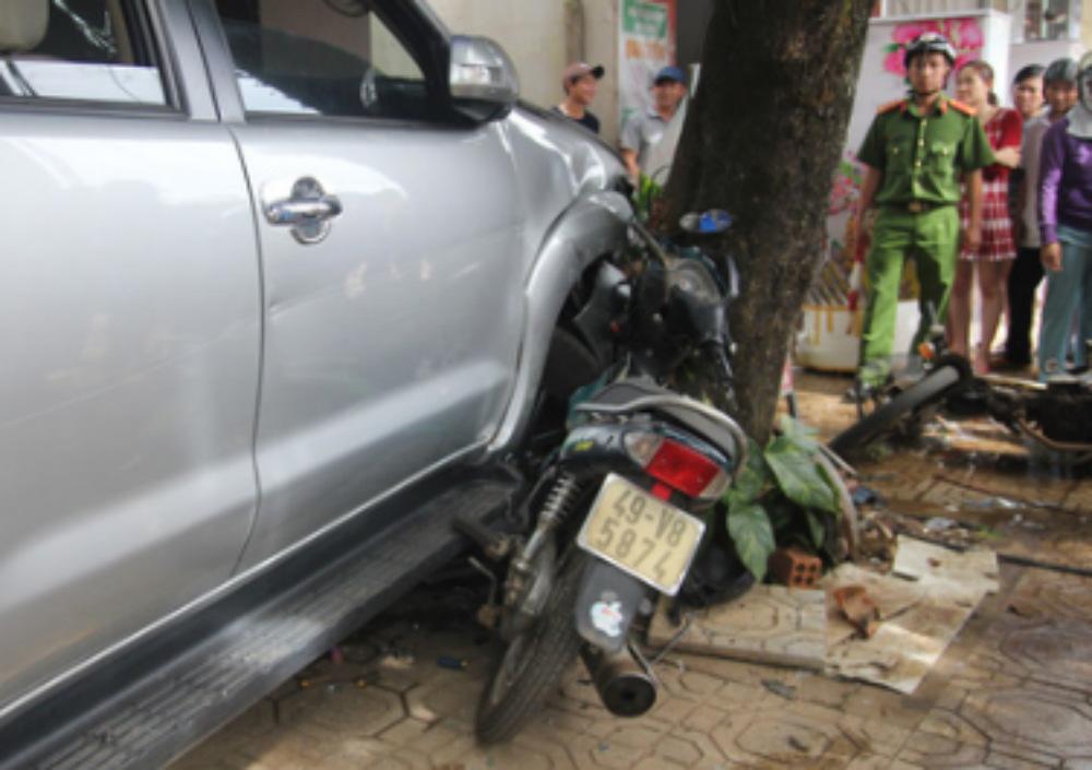 Ô tô tông hàng loạt xe máy, 1 phụ nữ tử vong