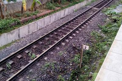 Chơi cạnh đường ray, bé 2 tuổi bị tàu cán nát chân