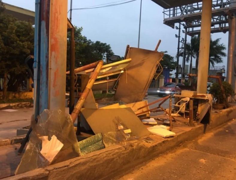 Xe container quá khổ, thùng hàng quẹt vỡ trạm BOT Tân Đệ