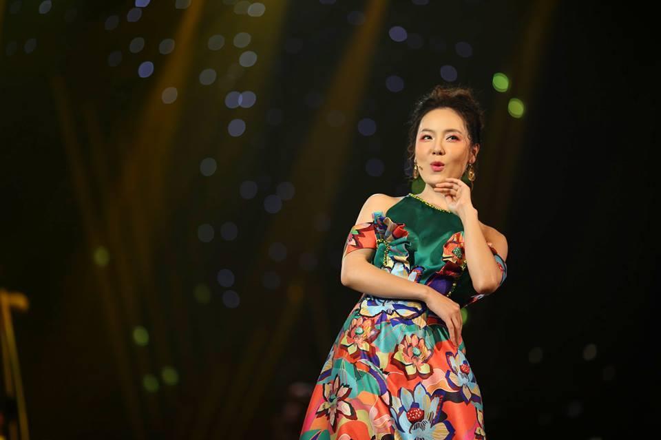 Sau cú sốc đổ vỡ, Hồng Nhung cười tươi trong chương trình Chào 2019