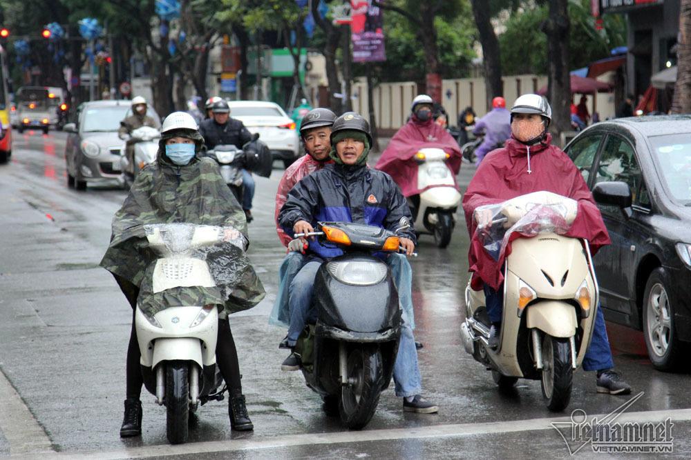 Hà Nội rét 9 độ: Phố đi bộ vắng hoe, người đi đường co ro phóng xe