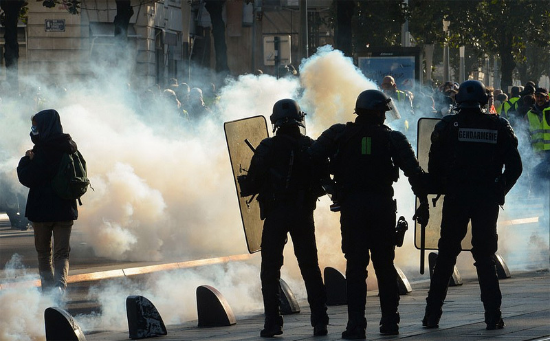 Paris ngập khói lửa: Người biểu tình đốt xe, cảnh sát xả hơi cay