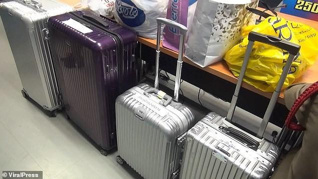 Khách Trung Quốc: Ăn cắp vali, tát điện thoại vào mặt nhân viên sân bay