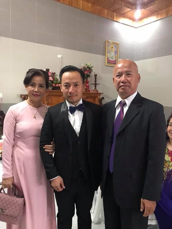 Tiến Đạt được vợ kém 10 tuổi chăm sóc ân cần trong đám cưới