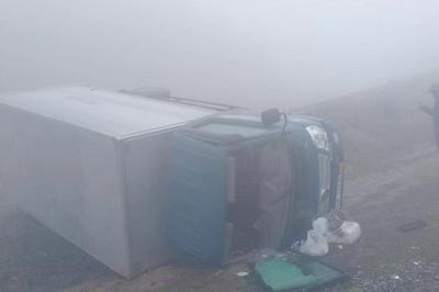 Sương mù giăng phủ, xe tải liên tiếp gặp nạn