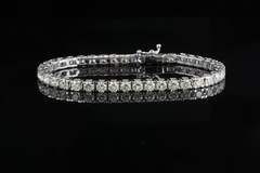Bất ngờ nhận được lô vòng tay kim cương 2 tỷ về tặng vợ