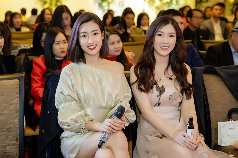 Mặc dù thời tiết Hà Nội những ngày cuối năm khá lạnh buốt, tuy nhiên hoa hậu vẫn luôn thu hút với nụ cười tươi dù trang phục khá mỏng manh.