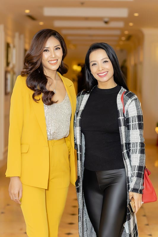 Cựu người mẫu Thuý Hằng cũng có mặt để chúc mừng đàn em. Do thời tiết lạnh nên cô chọn trang phục khá kín đáo.