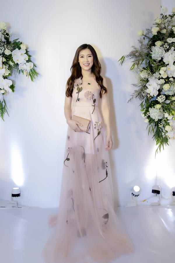Hoa hậu Áo dài 2018 Phí Thuỳ Linh dịu dàng trong váy voan đính hoa.