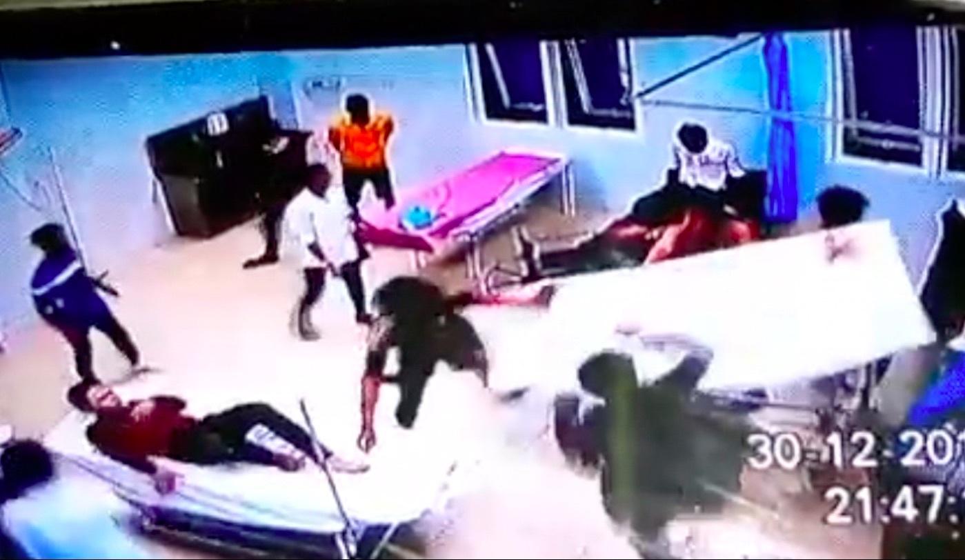 Nhóm thanh niên cầm hung khí vây ráp, đập phá trụ sở công an