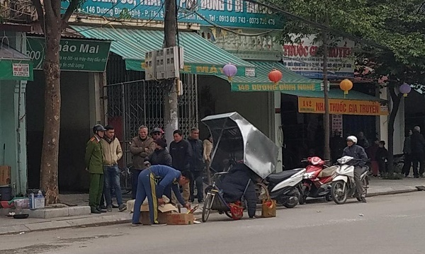 Người đàn ông nghi chết rét trên xe ba gác giữa phố