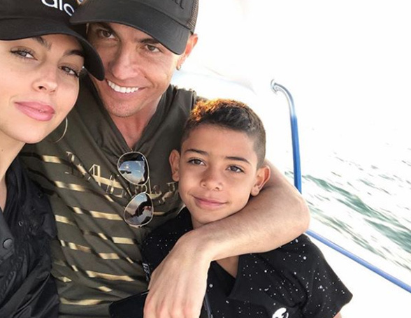 Ronaldo hôn bồ yêu đón năm mới cực 'nóng' ở Dubai