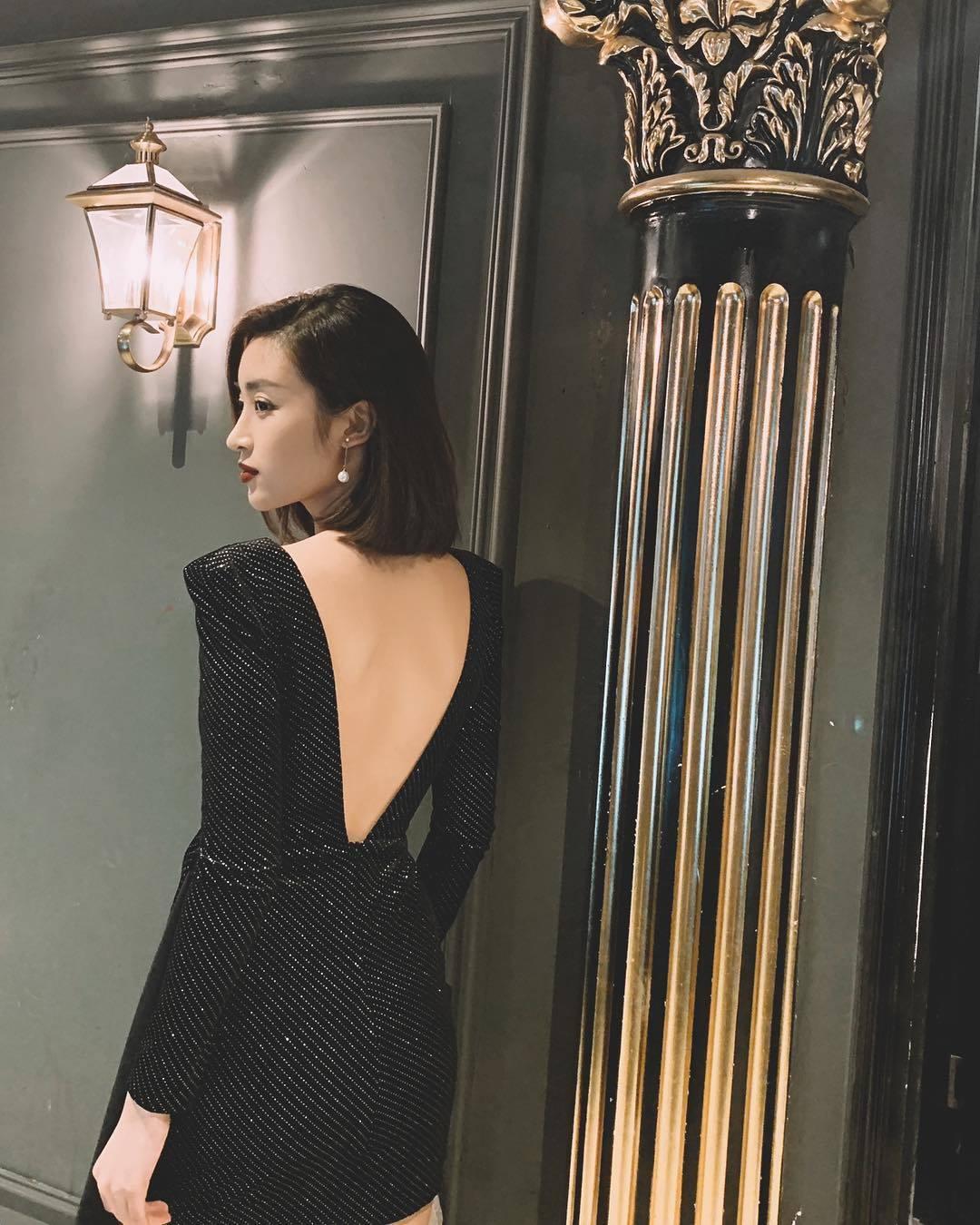 Hoa hậu Đỗ Mỹ Linh diện váy khoét lưng quyến rũ, thả dáng để lộ góc nghiêng thần thánh. Cô nói lời chào tạm biệt với năm 2018 và ước rằng điều gì tốt đẹp ở năm 2018 sẽ được giữ mãi ở năm 2019.