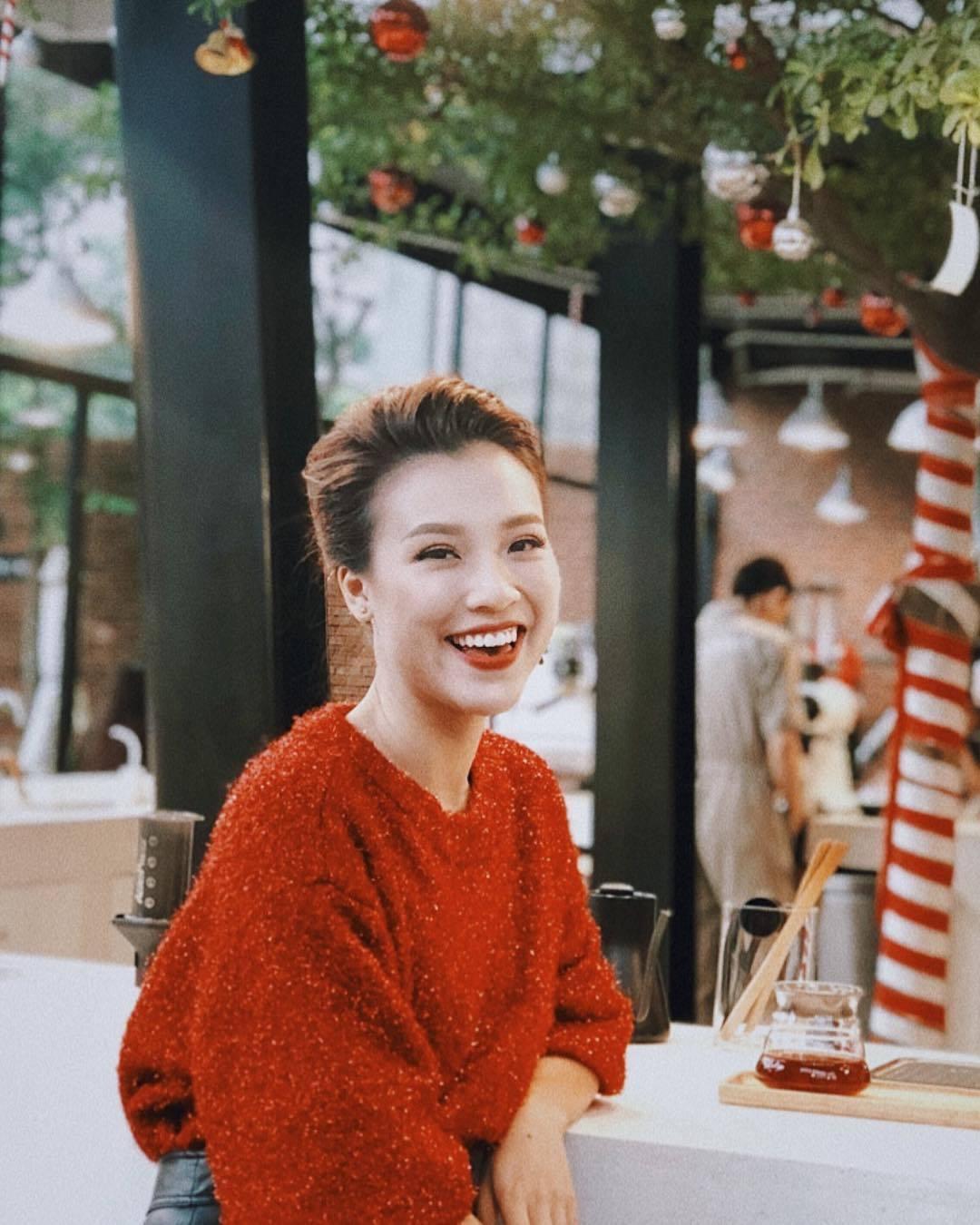 """MC Hoàng Oanh diện áo màu đỏ để được gặp may mắn trong năm 2019. Cô tâm sự: """"Năm 2019 Oanh chọn hạnh phúc. Còn bạn thì sao?"""""""
