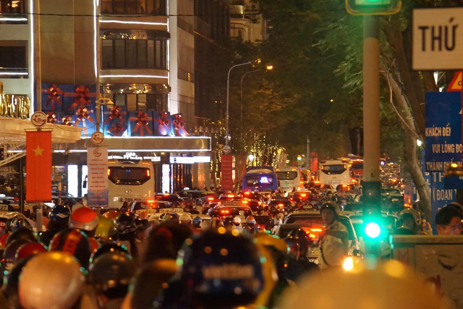 Đi xem pháo hoa, người Sài Gòn ngủ gục giữa dòng xe kẹt không lối thoát