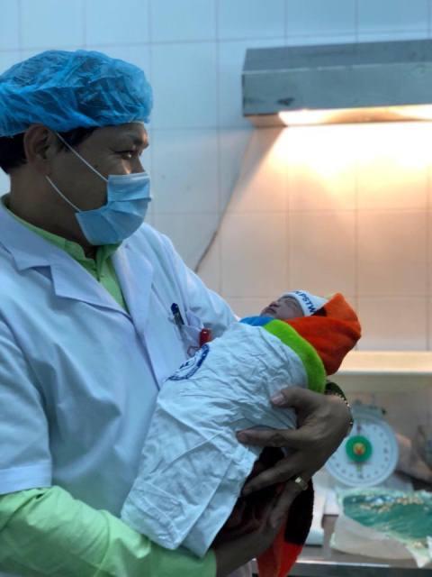 Xúc động ngắm bé yêu đầu tiên chào đời năm 2019 tại BV Phụ sản TW
