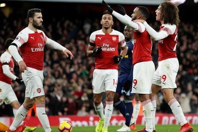 Hàng công bùng nổ, Arsenal đại thắng chào năm mới