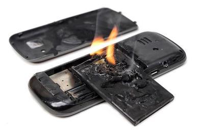 Điện thoại phát nổ, thiêu sống nạn nhân trong đêm