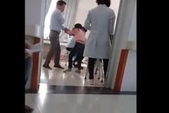 Phẫn nộ bố tát con gái 7 tuổi liên tiếp tại bệnh viện Bắc Ninh