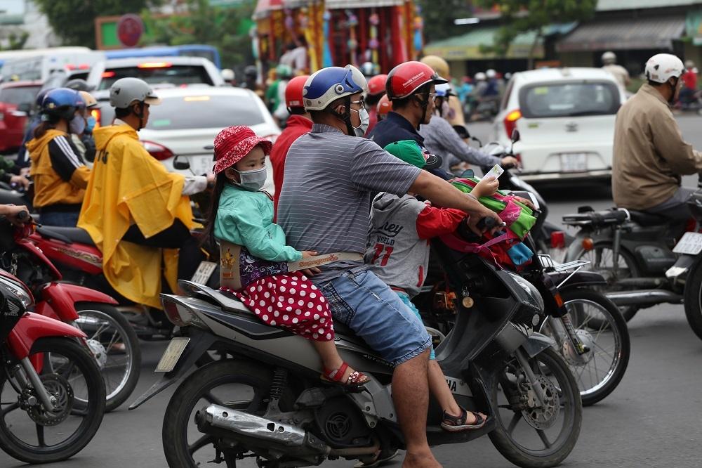 Người Sài Gòn co ro trong áo mưa chống rét ngày đầu năm mới