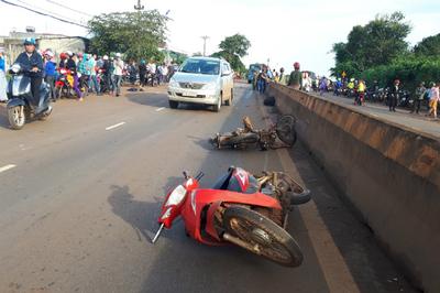 Taxi tông xe máy, 3 người chết trong đêm Tết Dương lịch