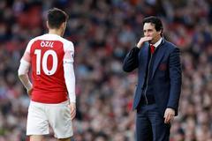 "Ozil bị đuổi khéo, ""ăn bám"" Arsenal"