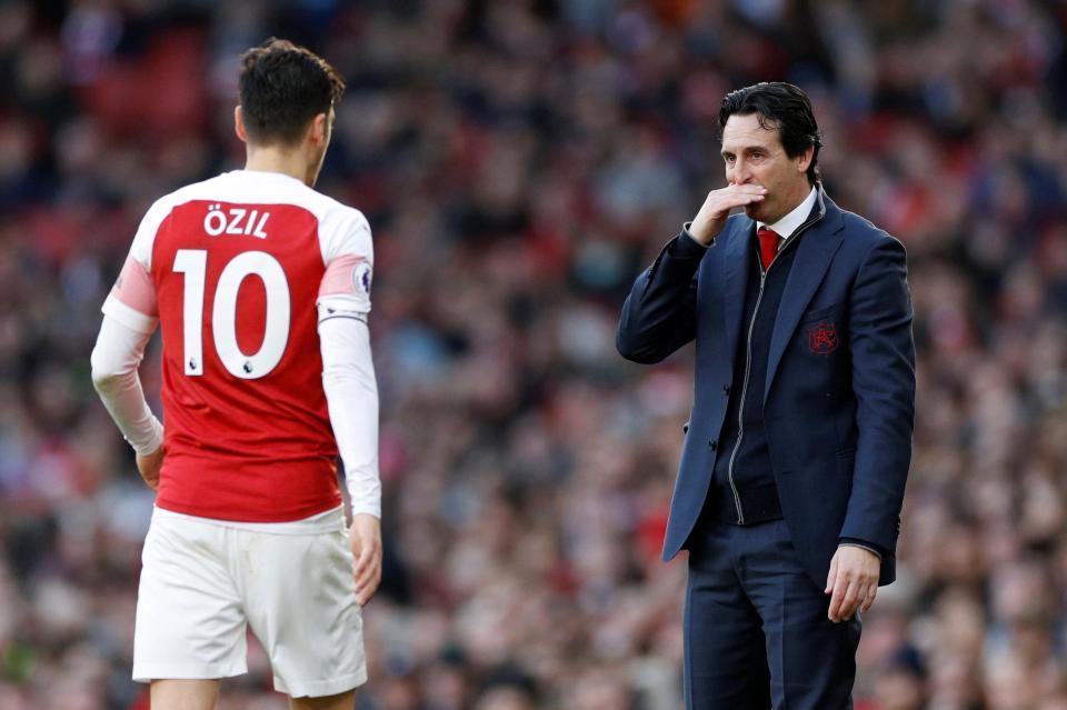 Ozil bị đuổi khéo, 'ăn bám' Arsenal