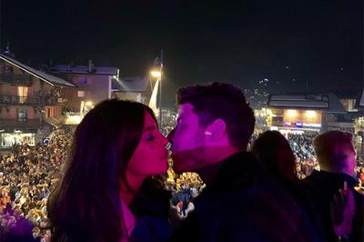 Hoa hậu Thế giới và ông xã kém 10 tuổi hôn nhau say đắm đón năm mới