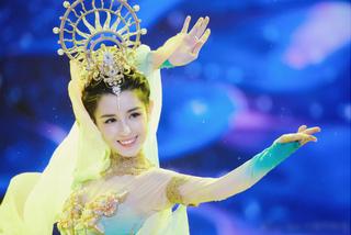 Mỹ nhân Tân Cương được mời nhảy múa trong đêm hội năm mới