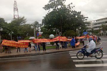 Nha Trang: Dân ùn ùn căng băng rôn đòi nhà sát Tết