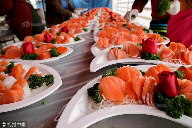Cỗ cưới 'nhà quê': Phục vụ 1.500 người, bào ngư, hải sâm ai cũng có phần