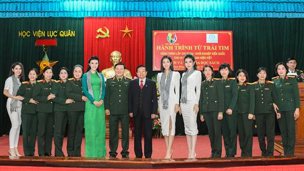 Mỹ Linh, Huyền My tặng sách cho chiến sĩ lục quân