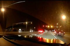 Né sedan lái ẩu khi dừng đèn đỏ, ôtô lao sang làn ngược chiều