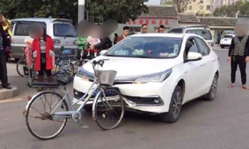 Hi hữu: Xe đạp tông móp đầu Toyota Corolla Altis