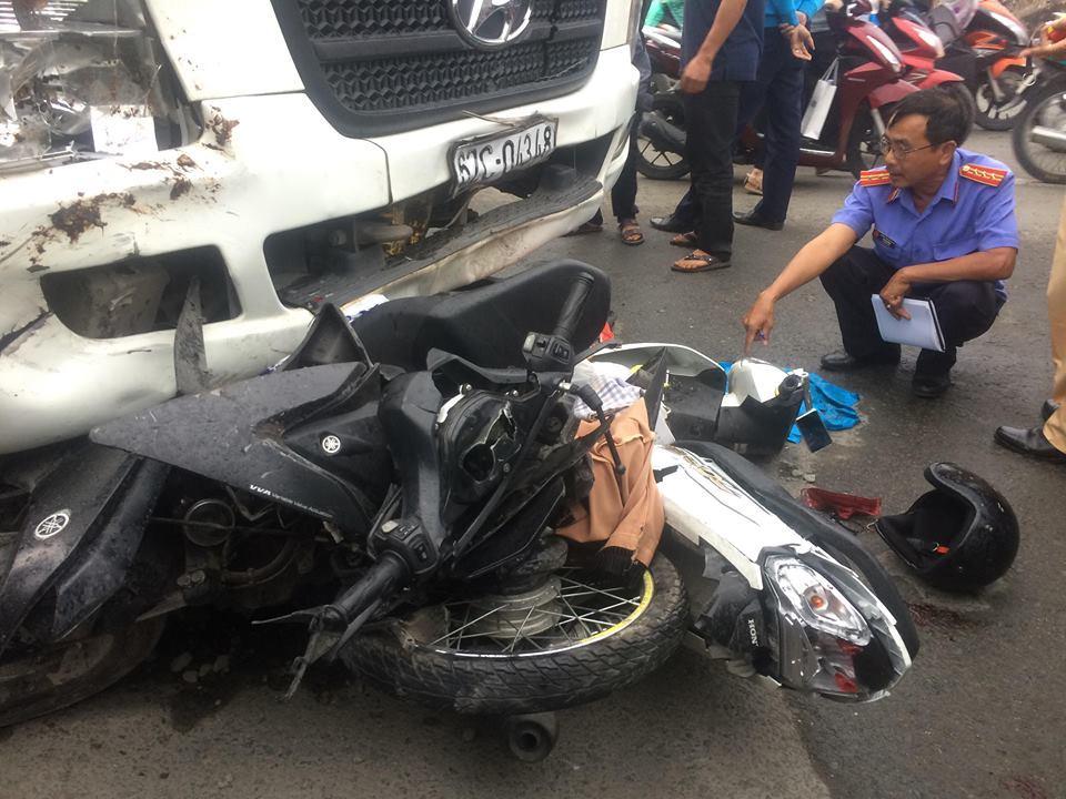 Long An: Xe container cuốn hàng chục xe máy vào gầm, 4 người chết